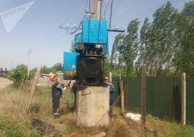 Сгоревший трансформатор в селе Максат Баткенской области после военного конфликта на кыргызско-таджикской границе