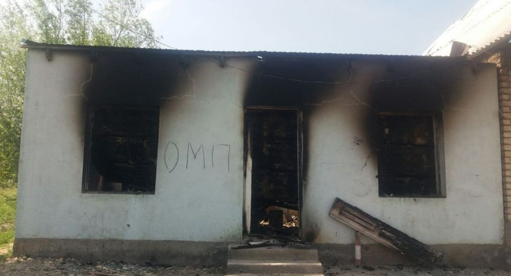 Сгоревшие жилые дома кыргызстанцев в селе Максат Баткенской области после конфликта на кыргызско-таджикской границе