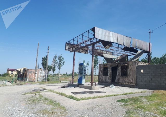 Сгоревший АЗС в селе Максат Баткенской области после военного конфликта на кыргызско-таджикской границе