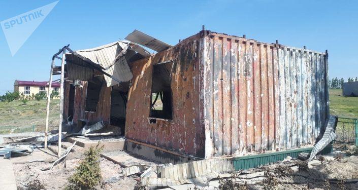 Сгоревший отдел милиции в селе Максат Баткенской области после военного конфликта на кыргызско-таджикской границе