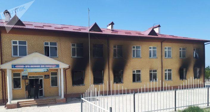 Сгоревшая школа в селе Максат Баткенской области после военного конфликта на кыргызско-таджикской границе