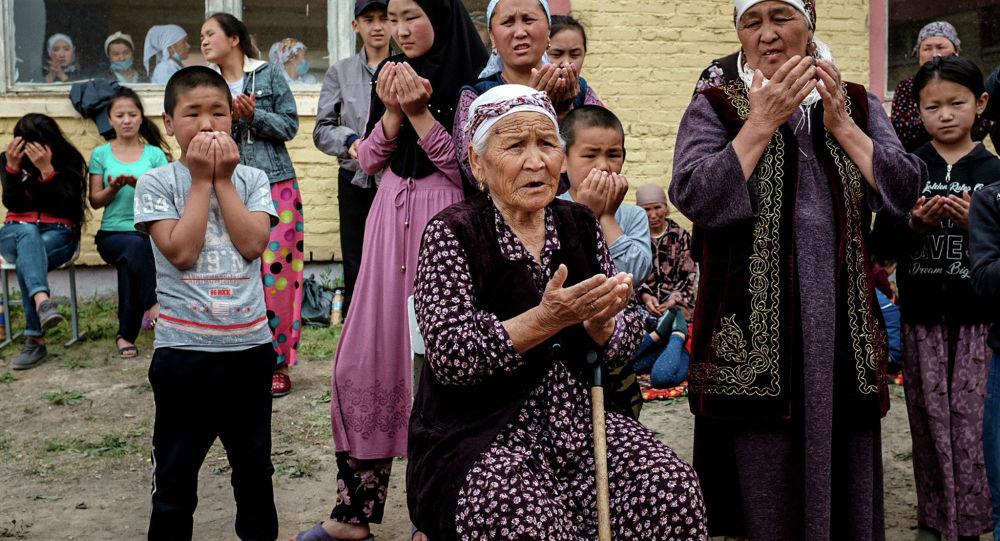 Граждане Кыргызстана, которые были эвакуированы из районов, граничащих с Таджикистаном после боев на кыргызско-таджикской спорной границе. Архивное фото