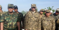 Председатель ГКНБ Камчыбек Ташиев и первый вице-премьер КР Артем Новиков в селе Максат