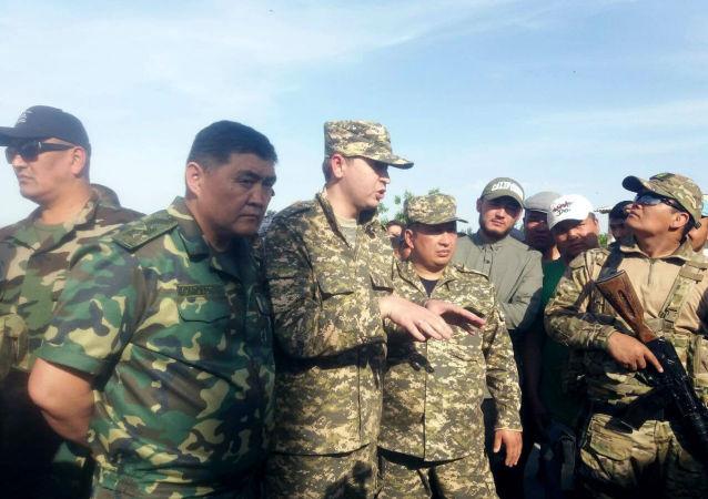 Первый вице-премьер-министр Артем Новиков на встрече с жителями приграничного села Максат