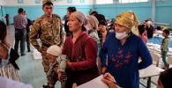 Жители баткенской области, эвакуированные из районов, граничащих с Таджикистаном. Архивное фото