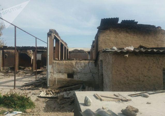 Разрешенное здание в селе Максат Баткенской области после военного конфликта на кыргызско-таджикской границе