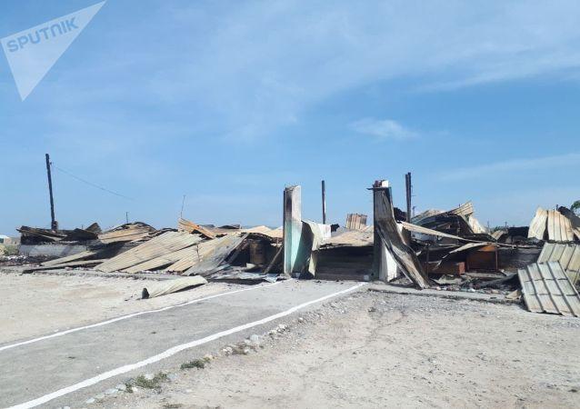 Полностью разрушенное здание в селе Максат Баткенской области после военного конфликта на кыргызско-таджикской границе
