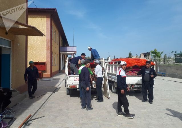 Люди эвакуируются в здание школы в селе Максат Баткенской области после военного конфликта на кыргызско-таджикской границе