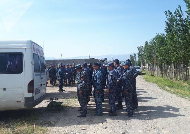 Сотрудники милиции в селе Максат Баткенской области после военного конфликта на кыргызско-таджикской границе