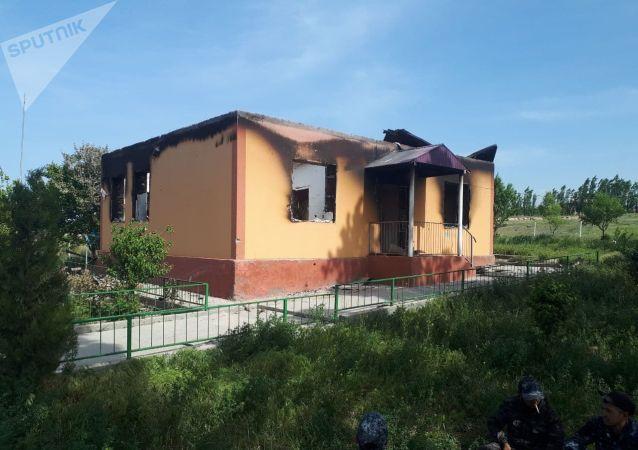 Сгоревшее здание милиции в селе Максат Баткенской области после военного конфликта на кыргызско-таджикской границе