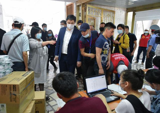 Премьер-министр Кыргызской Республики Улукбек Марипов ознакомился с работой штаба добра Помощь Баткену, расположенному в здании Дворца спорта имени Каба уулу Кожомкула в городе Бишкек.