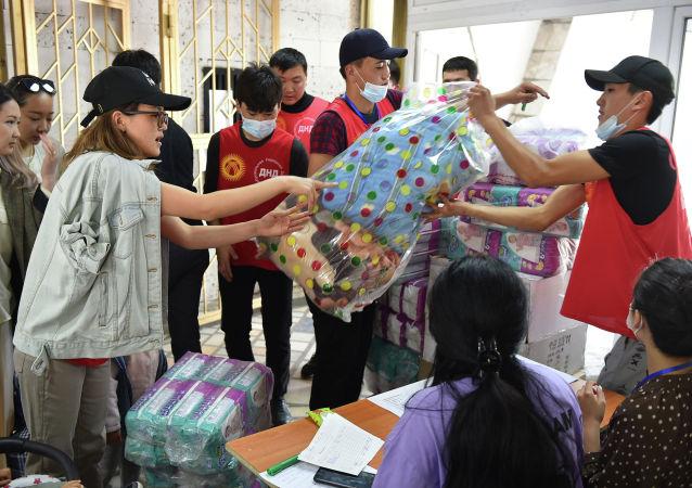 Работа штаба добра Помощь Баткену, расположенному в здании Дворца спорта имени Каба уулу Кожомкула в городе Бишкек.
