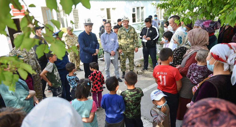 Премьер-министр Кыргызской Республики Улукбек Марипов навестил жителей приграничных сел Баткенской области, пострадавших в ходе приграничного конфликта.