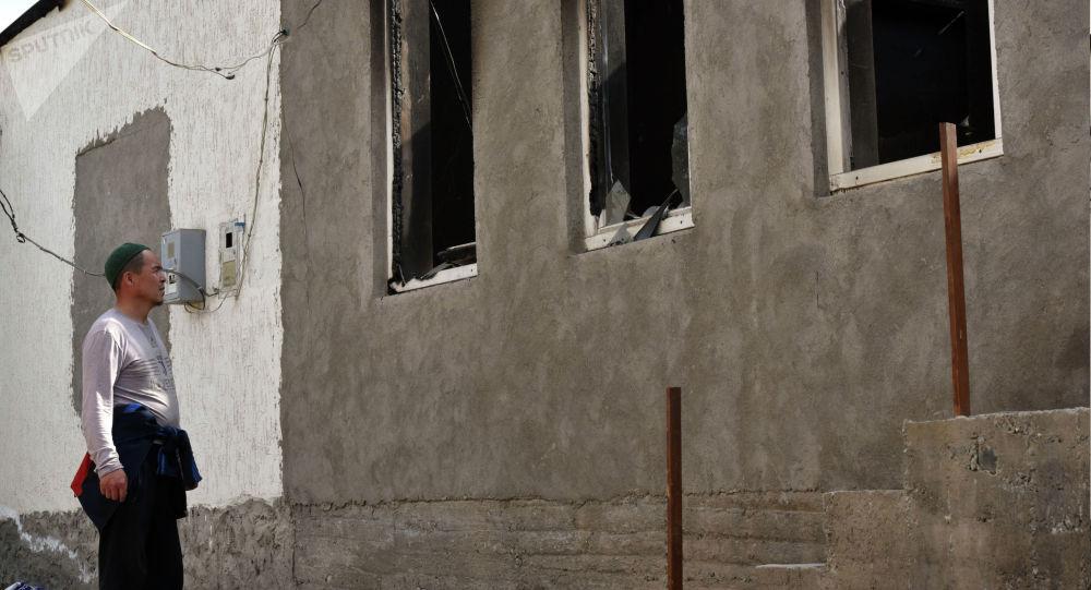 Мужчина смотрит на свой дом в селе Максат Баткенской области, разрушенный после военного конфликта на кыргызско-таджикской границе