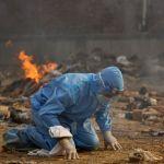 Массовая кремация жертв пандемии в Дели. В апреле Индия вышла на первое место по суточному приросту заболевших коронавирусом, число летальных исходов в стране продолжает расти.