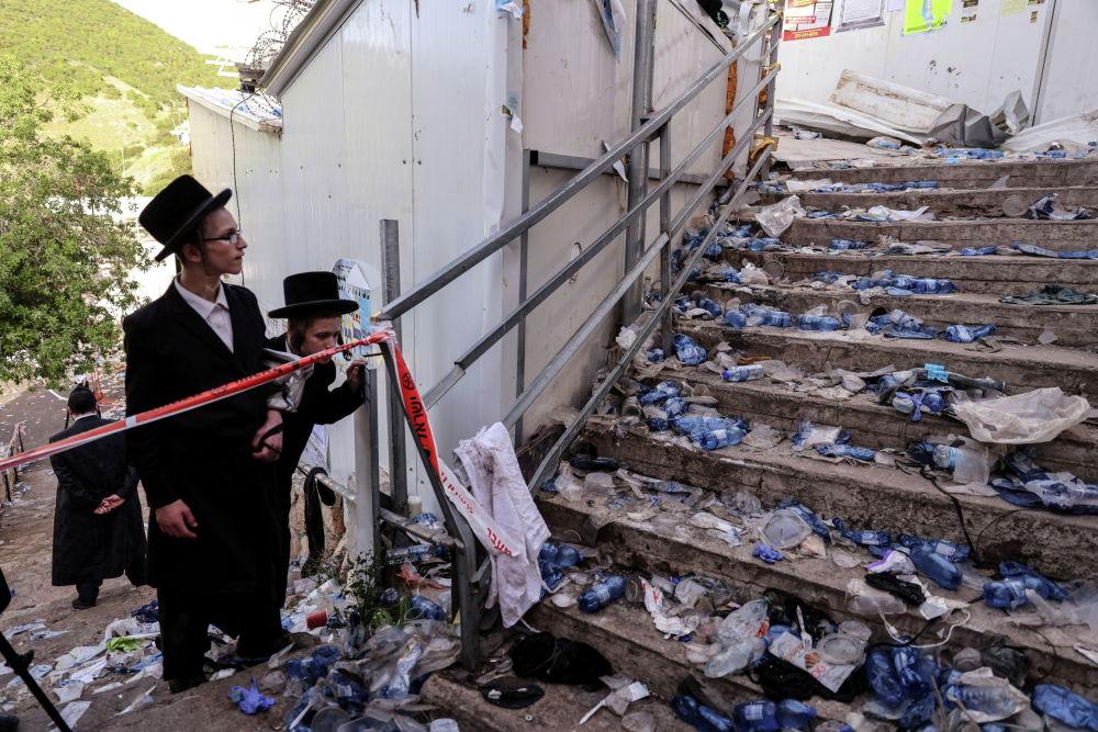 В давке на религиозном празднике в Израиле погибли по меньшей мере 45 человек, более ста получили ранения. Давка была вызвана тем, что несколько человек поскользнулись на ступеньках.