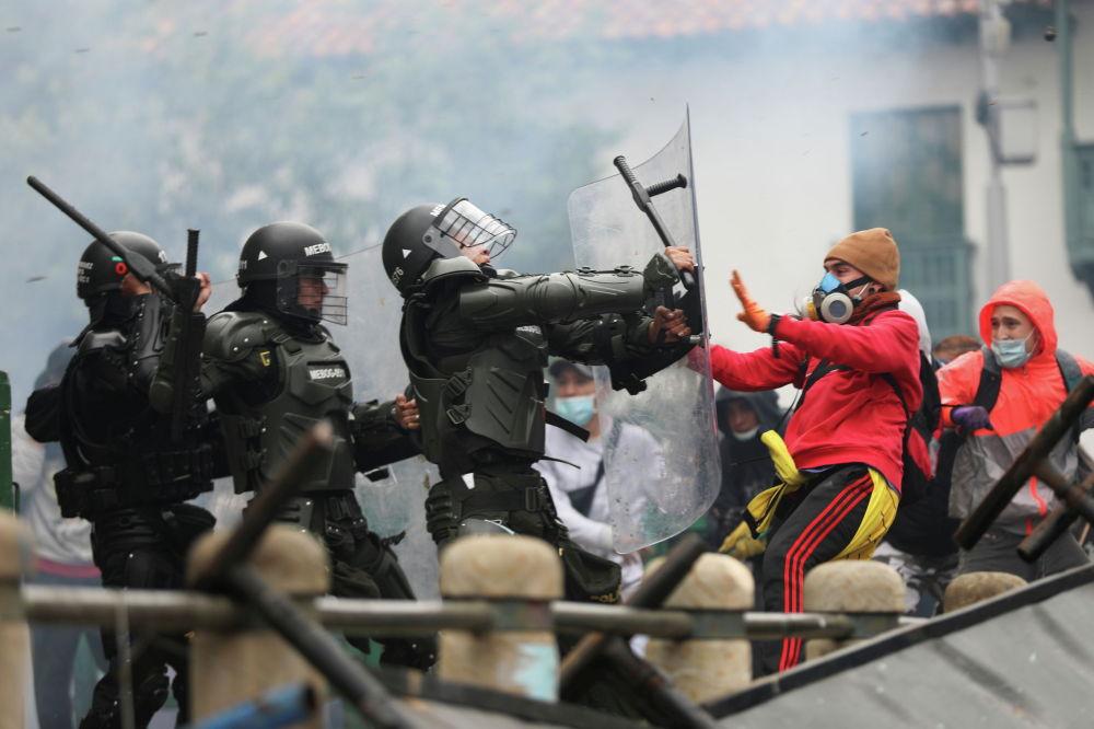 Столкновения манифестантов с силовиками во время акции протеста против налоговой реформы в Колумбии.