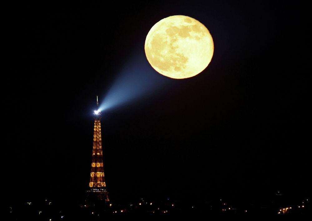 Полная Луна над Эйфелевой башней