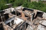 Вид с высоты дрона на сгоревшие здания в селе на границе с Таджикистаном
