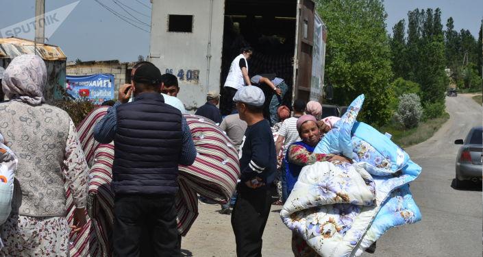 Жители села Максат получающие гуманитарную помощь после конфликта с Таджикистаном