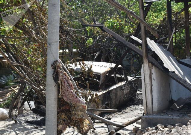 Сгоревший автомобиль в селе Максат, после конфликта с Таджикистаном