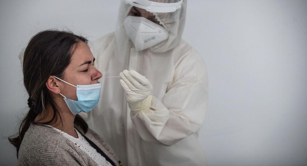 Медициналык кызматкер коронавируска тест кылган учурда