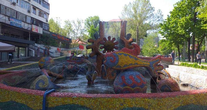 Заработавший фонтан на улице Советской в Бишкеке