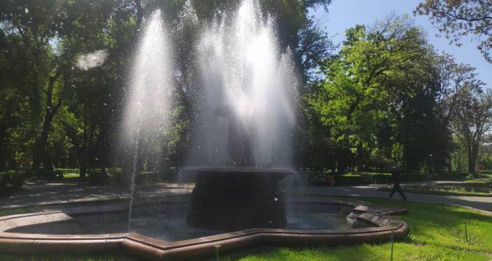 Заработавший фонтан в Дубовом парке в Бишкеке
