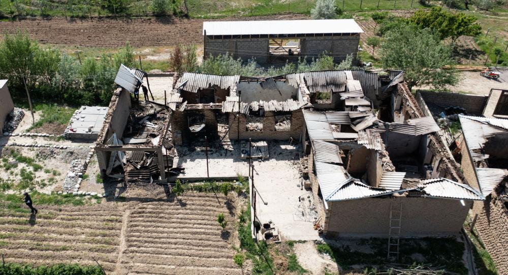 Вид с высоты дрона на сгоревшие здания в селе Максат, после конфликта с Таджикистаном