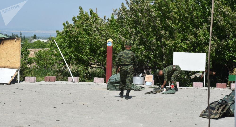 Пограничники Кыргызской Республики после конфликта с Таджикистаном в приграничном селе Максат