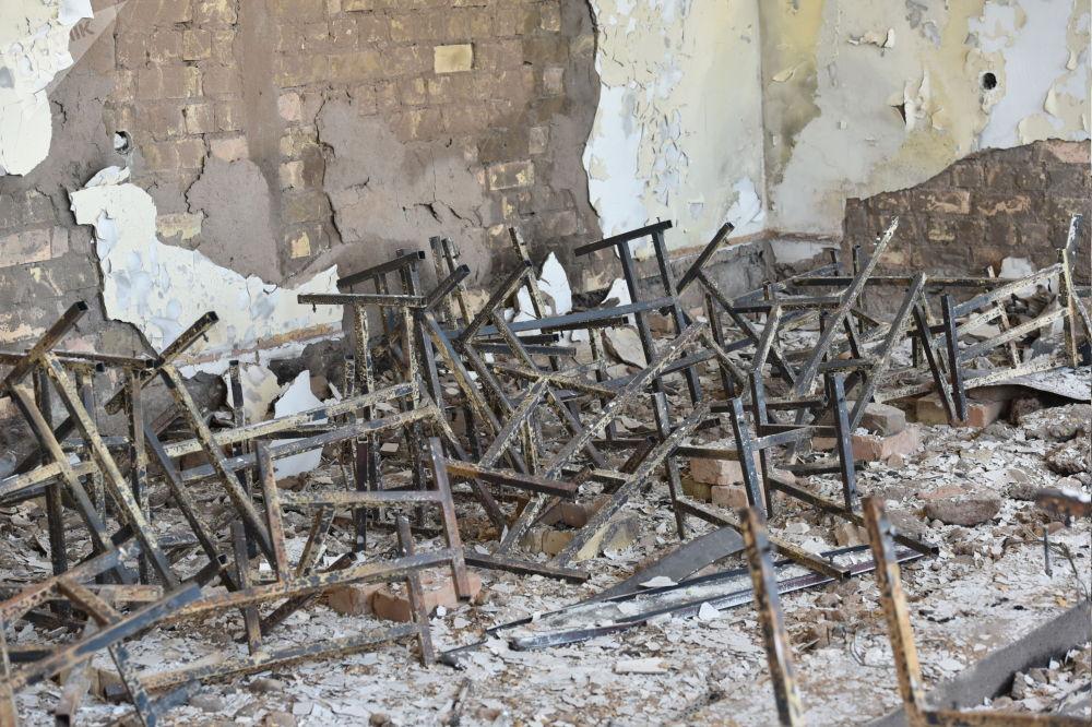 Лейлек районундагы Максат айылындагы мектептин ичиндеги күйүп кеткен стул менен парталар
