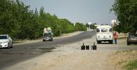 Таджикские дорожники во время ремонта на трассе Худжант — Канибад между Кыргызстаном и Таджикистаном