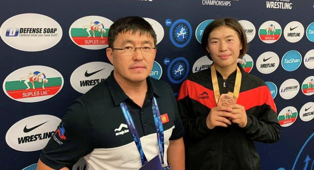 Кыз-келиндер күрөшү боюнча Азиянын коло медаль ээси Нураида Анаркулова (оңдо)