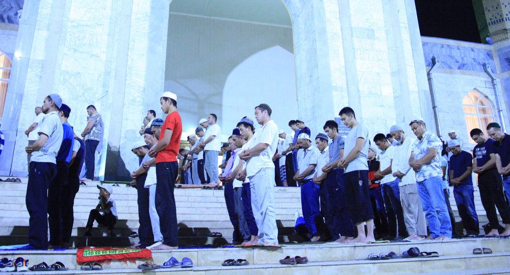 Мусульмане совершают намаз в Кадыр тун. Архивное фото