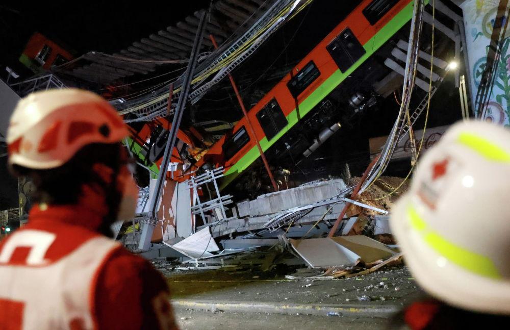 На месте обрушение метромоста с вагонами на станции Olivos в Мехико, Мексика. 4 мая 2021 года