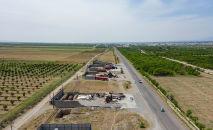 Разрушенные АЗС и торговые точки находящиеся между селами Арка и Борбордук в Лейлекском районе. Архивное фото