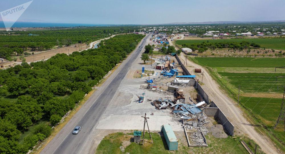 Полностью разрушенные АЗС и торговые точки находящиеся между селами Арка и Борбордук в Лейлекском районе после после приграничного военного конфликта между Кыргызстаном и Таджикистаном