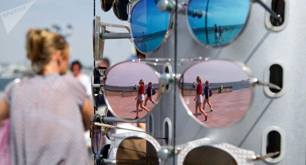 Продажа солнцезащитных очков. Архивное фото