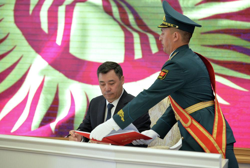 Президент Садыр Жапаров подписал Конституцию Кыргызской Республики, принятую на референдуме (всенародном голосовании). 05 мая 2021 года