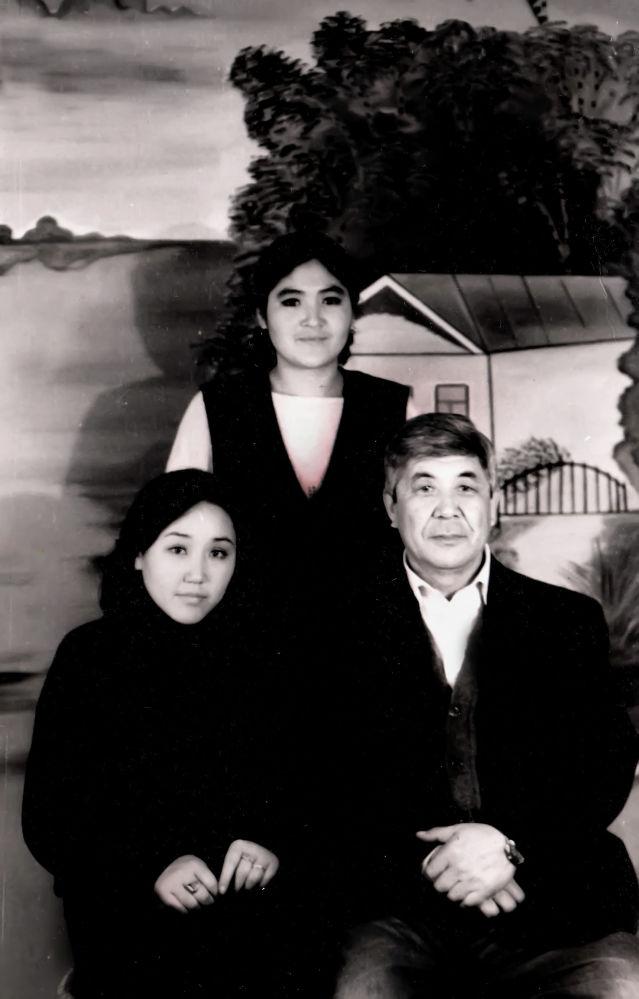 СССРдин жазуучулар союзунун мүчөсү Тууганбай Абдиев кыздары менен
