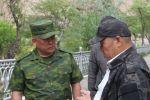 Полномочный представитель правительства в Баткенской области Абдикарим Алимбаев (слева). Архивное фото