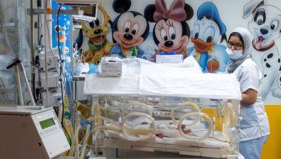 Сотрудник медперсонала проверяет одного из девяти младенцев, содержащегося в кувезе в клинике Касабланки (Марокко). 05 мая 2021 года