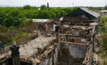 Разрушенные дома в Лейлекском районе после вооруженного конфликта на кыргызско-таджикской границе