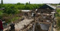 Разрушенные дома в селе Арка в Лейлекском районе после приграничного военного конфликта между Кыргызстаном и Таджикистаном