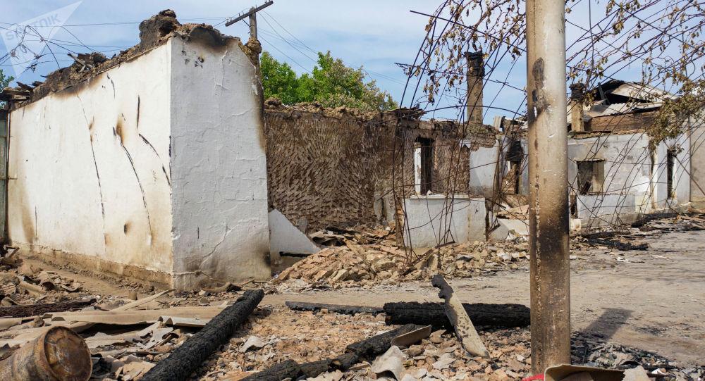 Разрушенные дома кыргызстанцев в селе Арка Лейлекского района после приграничного конфликта