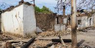Лейлек районунун Арка айылындагы талкаланган үйлөр. Архив