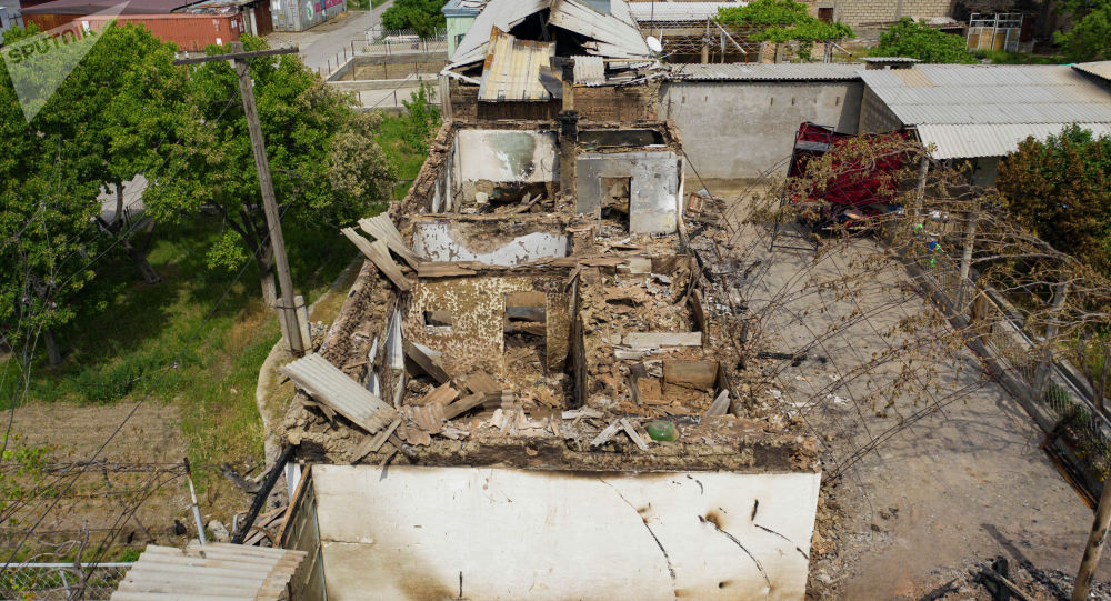 Разрушенные дома кыргызстанцев в селе Арка Лейлекского района после приграничного военного конфликта между Кыргызстаном и Таджикистаном