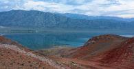 Вид на Торткульское водохранилище и окружающие его горы в Баткенском районе на реке Ак-Суу.
