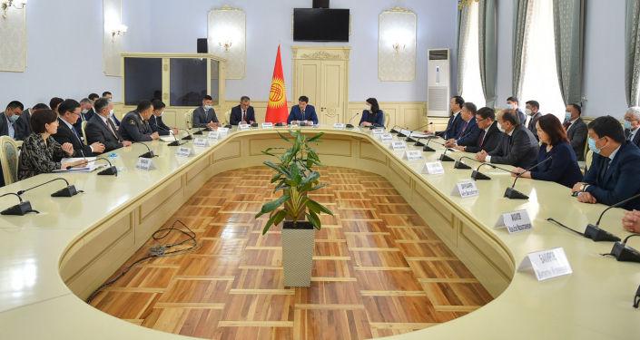 Председатель Кабинета министров КР Улукбек Марипов провел первое рабочее совещание с участием новых членов Кабинета министров. 06 мая 2021 года