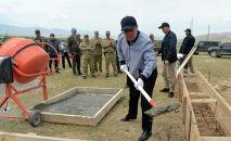 Президент КР Садыр Жапаров заложил капсулу под строительство военного городка в Лейлекском районе Баткенской области